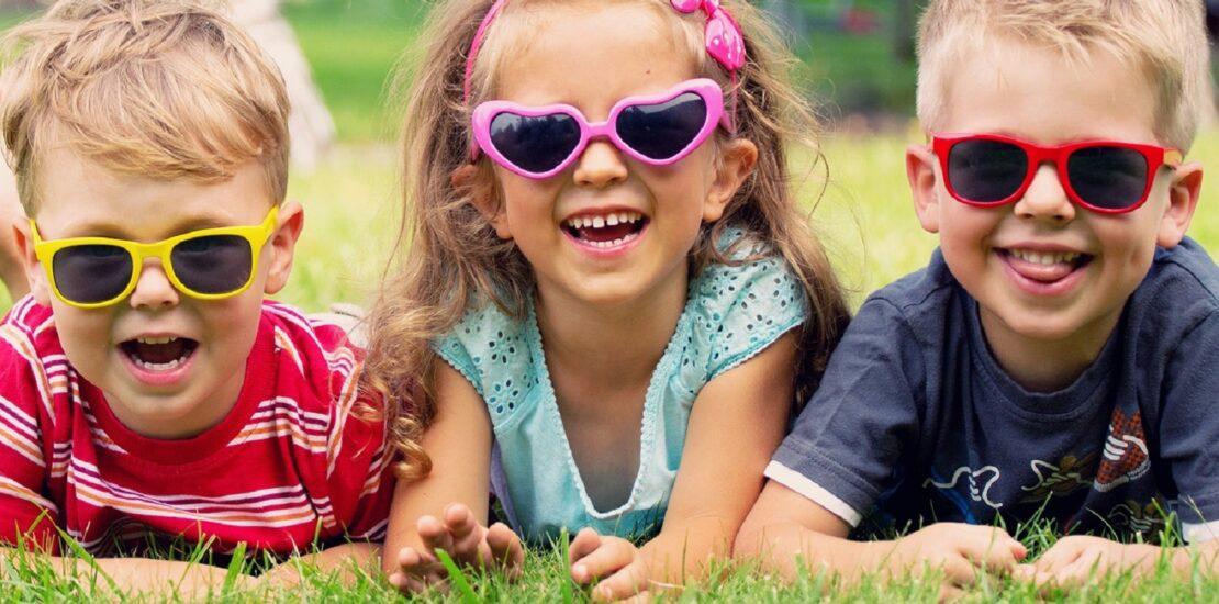 چرا به استفاده از عینک آفتابی مناسب برای کودکان تاکید می شود؟