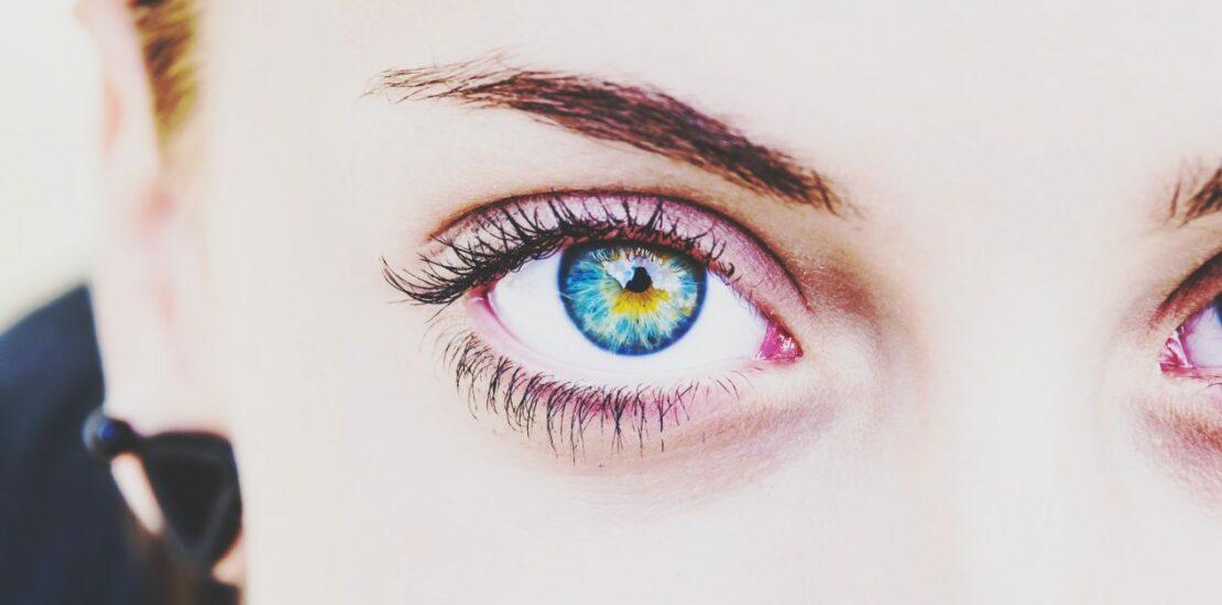 لنز آبی مناسب چه کسانی است؟ هر آنچه در مورد انتخاب صحیح لنز رنگی باید بدانید