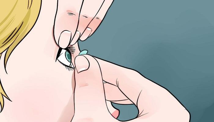 برداشتن لنز از چشم