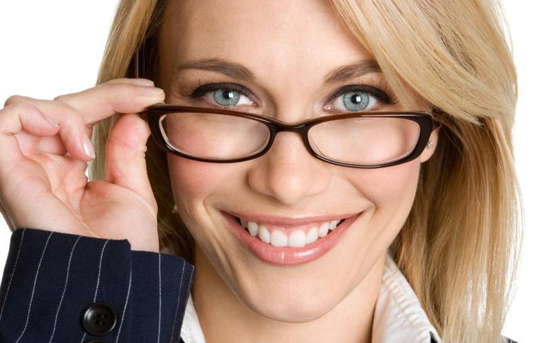 ۸ دلیلی که باعث میشود با عینک جذابتر بهنظر برسید