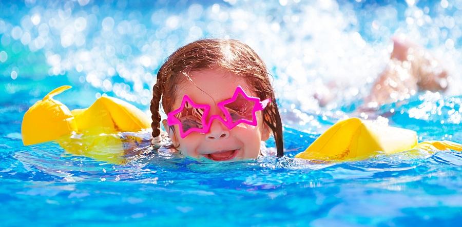 شنا با لنز طبی : آیا استفاده از لنز موقع شنا به چشم آسیب می زند؟