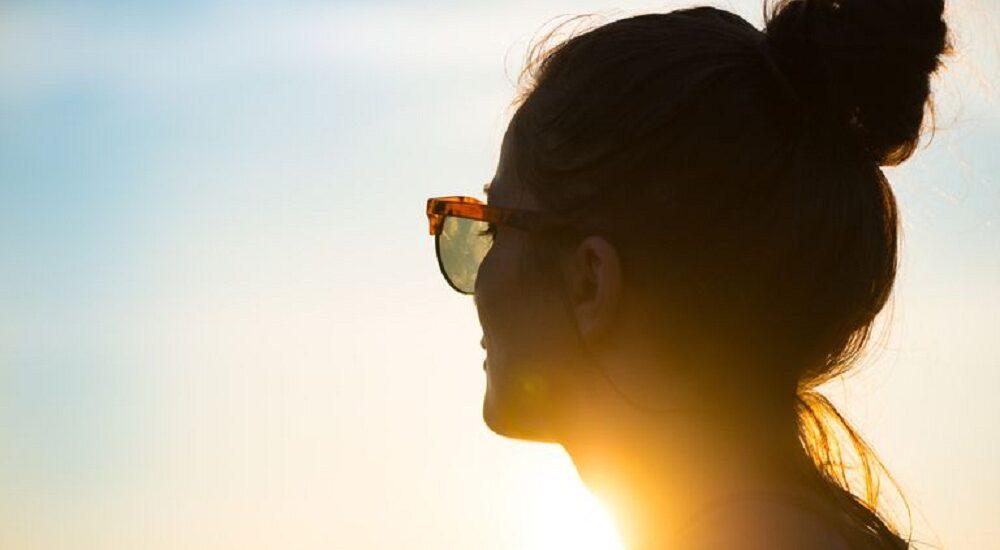 استفاده از لنز در تابستان چه خطراتی دارد و چگونه میتوان از آنها پیشگیری کرد؟