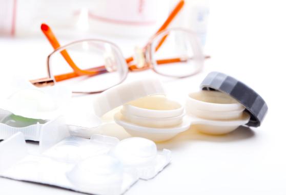 مقایسه عینک طبی با لنز طبی؛ وضوح دید، راحتی استفاده و ویژگیهای کدام یک بیشتر است؟