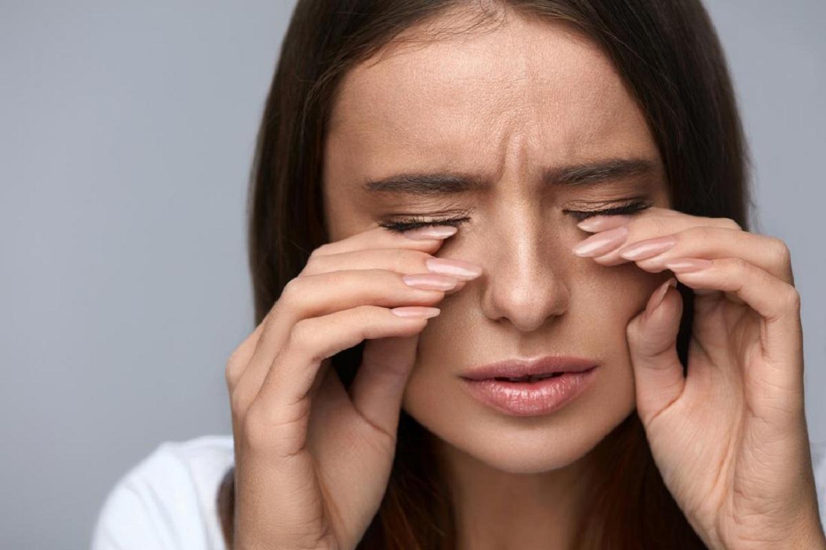 حساسیت چشم به مواد آرایشی؛ از ریمل و سایه تا لاک ناخن