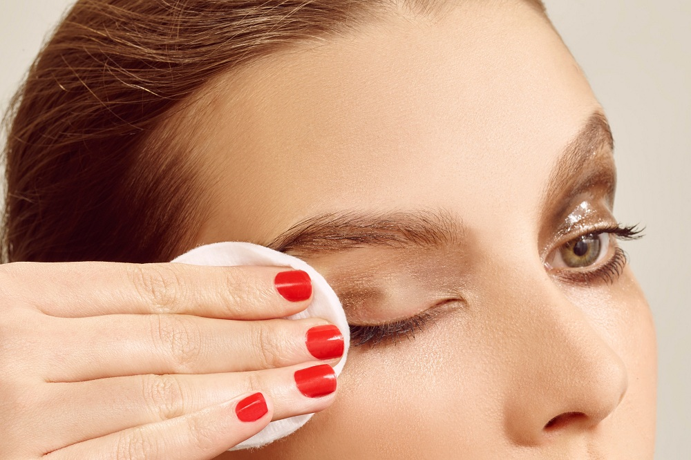 محافظت از چشمها در برابر وسایل آرایشی