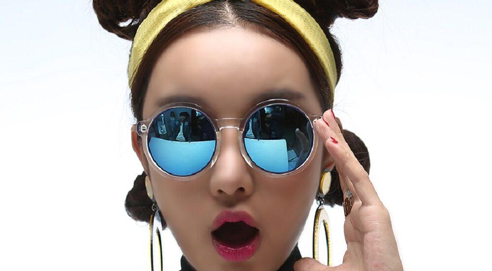 عینک گرد آفتابی را با چه تیپ و لباسهایی باید پوشید؟ ماجراجوها بیشتر دنبال این فرم عینک هستند