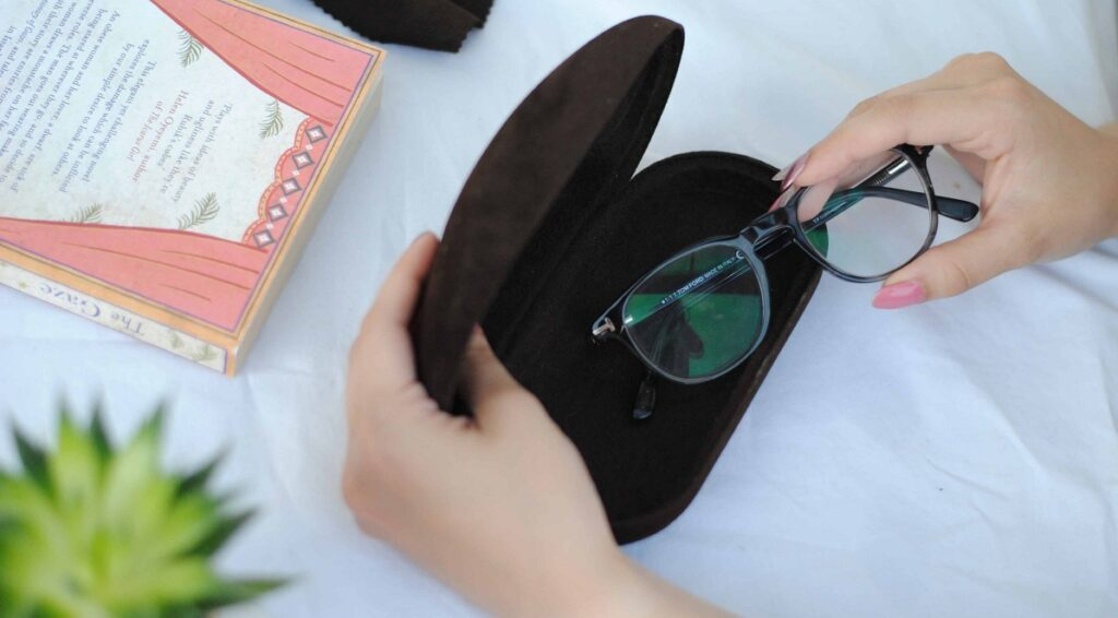 از بین بردن خط و خش شیشه عینک طبی