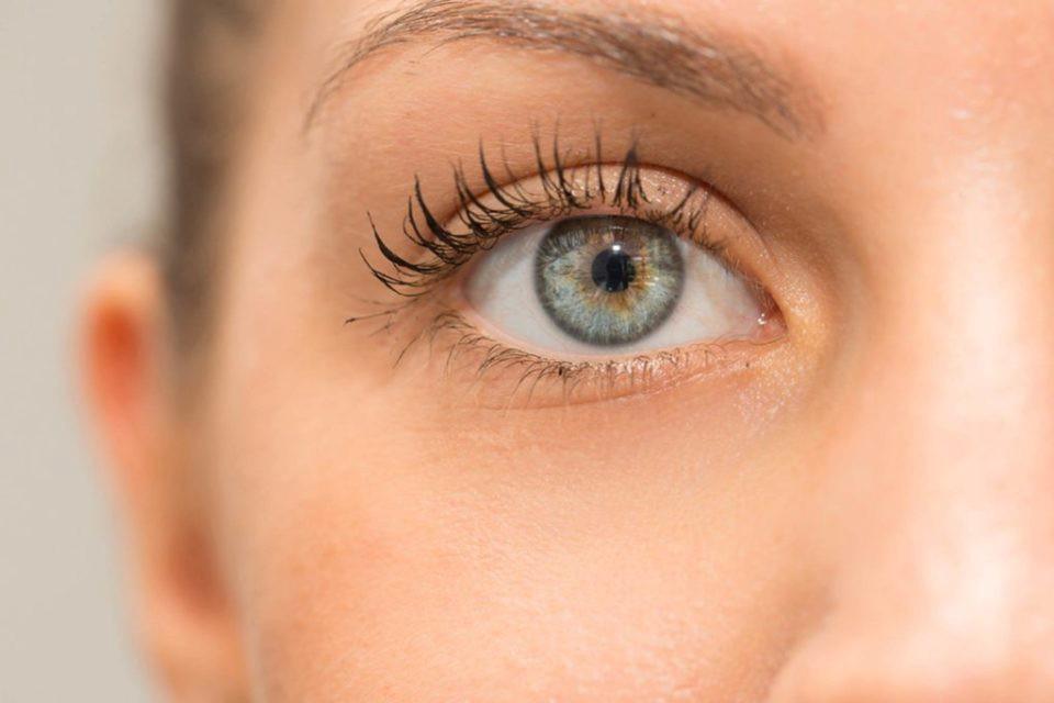 استفاده از لنزهای تماسی آرایشی نیز میتواند به طور موقتی رنگ چشم را تغییر دهد اما رنگ چشم ممکن است به طور طبیعی نیز تغییر کند.
