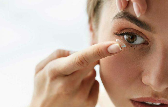 با ۸ ریسک و عوارض جانبی پوشیدن لنزهای تماسی آشنا شوید