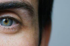 چرا لنز به چشم می چسبد؟ چگونه می توان لنزی که به چشم چسبیده را خارج کرد؟