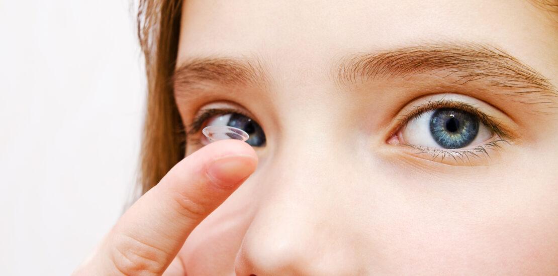 چرا لنز تماسی در چشم حرکت میکند؟ چطور میتوان از جابهجا شدن لنز جلوگیری کرد؟