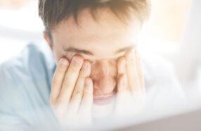 چرا لنز باعث سوزش چشم ها میشود؟ آیا محلول لنز مقصر این مشکل است؟