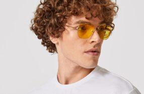 چگونه عینک آفتابی طلایی را با تیپ مردانه ست کنیم؟ (راهنمای تصویری)