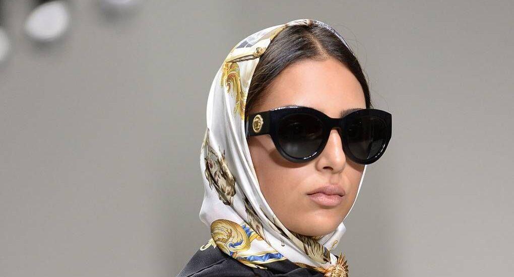 چگونه عینک آفتابی را با شال و روسری زنانه ست کنیم؟