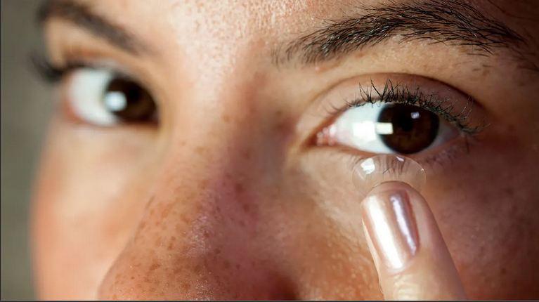 آموزش گذاشتن و برداشتن لنز تماسی