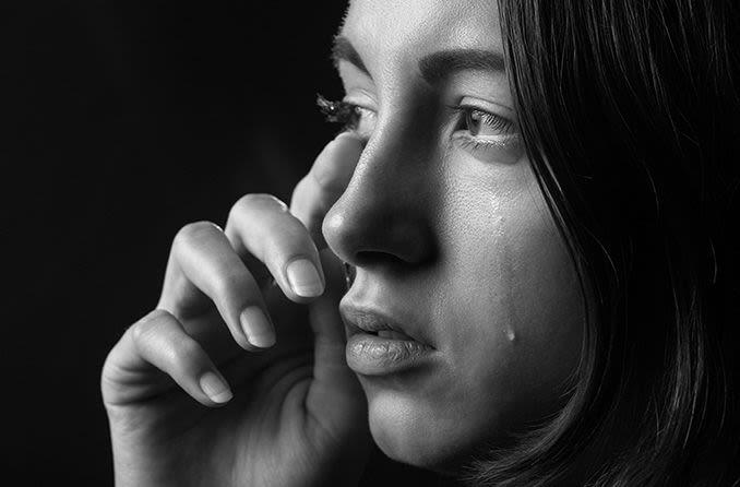 گریه با لنز تماسی