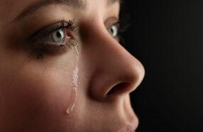 آیا گریه کردن با لنز خطرناک است؟