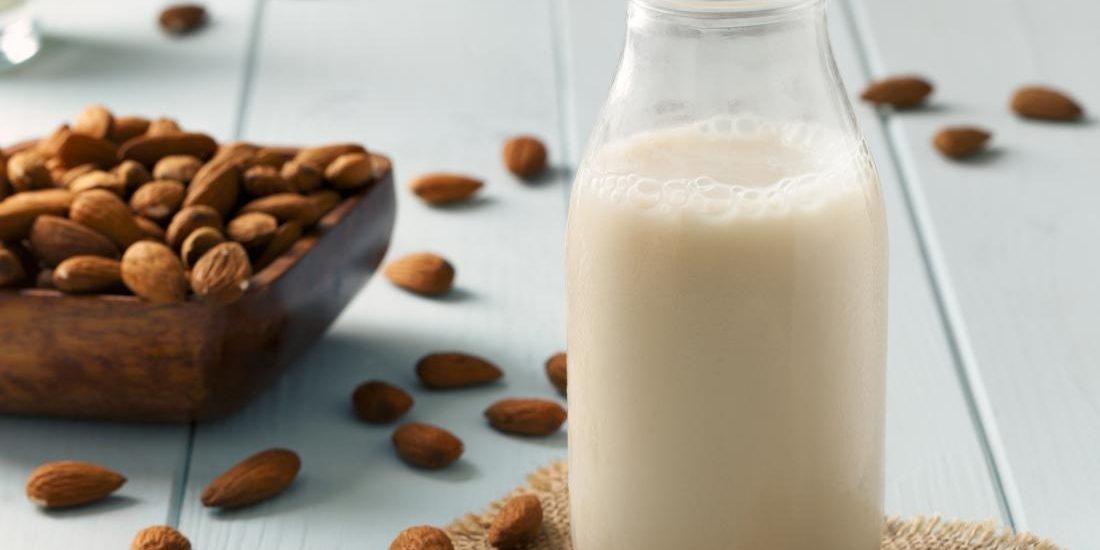 طرز تهیه شیر بادام که برای پیشگیری از ابتلا به «آب مروارید» مفید است